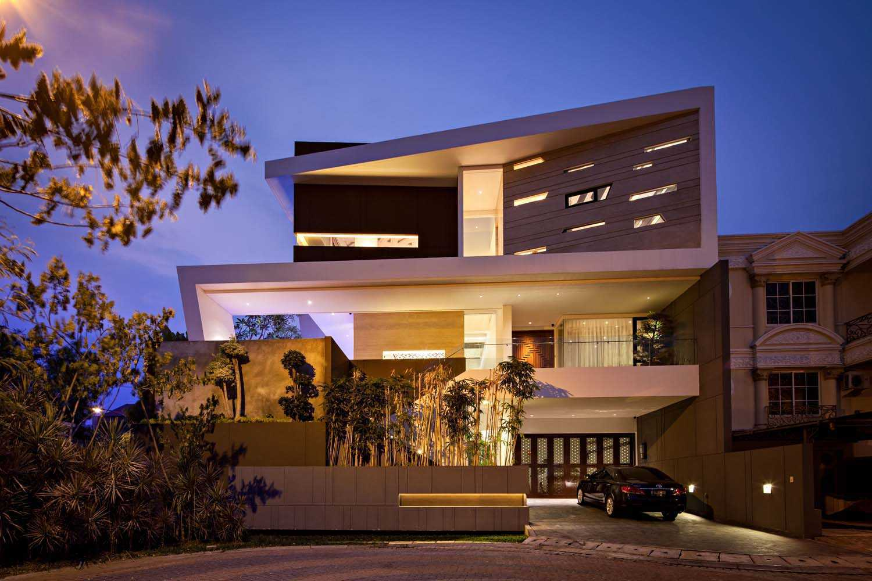 Rumah dengan garasi luas F+W House karya DP+HS Architects (Sumber: arsitag.com)