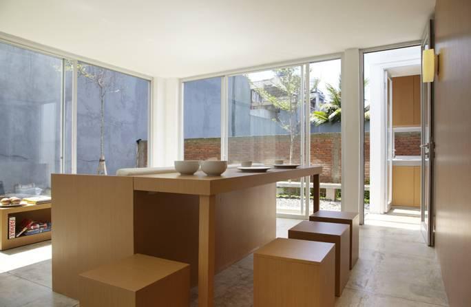 Sementara itu, arsitektur rumah mungil R House at Taman Laguna karya Sontang M Siregar, juga memiliki konsep open plan, dengan furnitur custom yang menyatukan meja ruang makan dan kursi ruang tamu. Solusi hemat ruang ini memberi tampilan ruang menjadi lebih lapang.