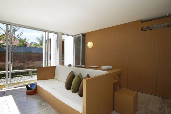 Interor rumah mungil konsep open plan R House at Taman Laguna karya Sontang M Siregar [Sumber: arsitag.com]
