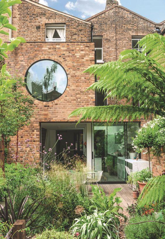 Arsitektur rumah mungil Jimi Lee Home karya Paul Archer architects dengan jendela bulat [Sumber: inthemoodfordesign.eu]