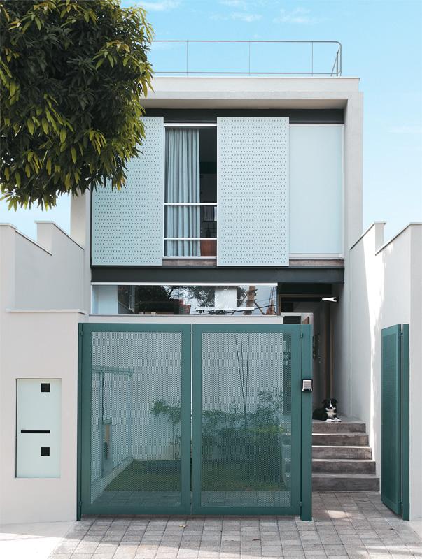 Gaya modern paling banyak diminati dengan bidang masif dan garis-garis yang sangat tegas. Rumah berikut ini terinspirasi dari gaya modern tersebut, dengan perpaduan bidang masif, garis-garis tegas, warna hangat, dan berbagai macam tekstur.