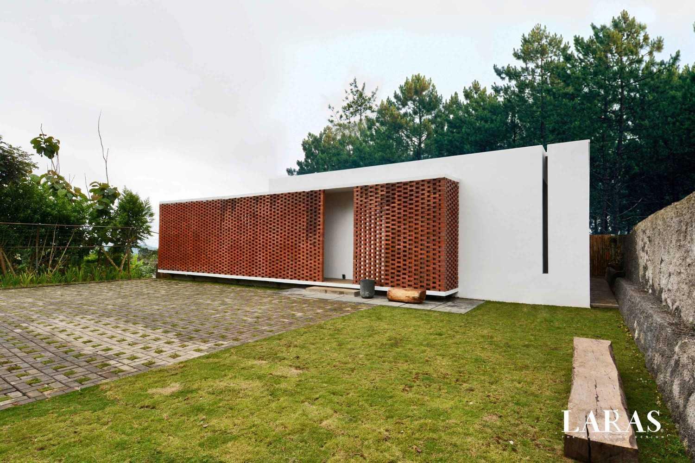 Arsitektur rumah mungil bergaya modern White Perforated Brick House karya Eben [Sumber: arsitag.com]