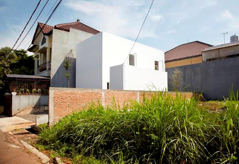 Demikian pula halnya dengan R House di Taman Laguna karya Sontang M Siregar memiliki tampilan masif, dingin dan kaku dari tampak luar, namun lebih terbuka ke arah halaman belakang.