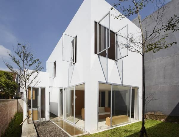 Rumah minimalis 2 lantai tipe 45 R House di Taman Laguna karya Sontang M Siregar [Sumber: arsitag.com]