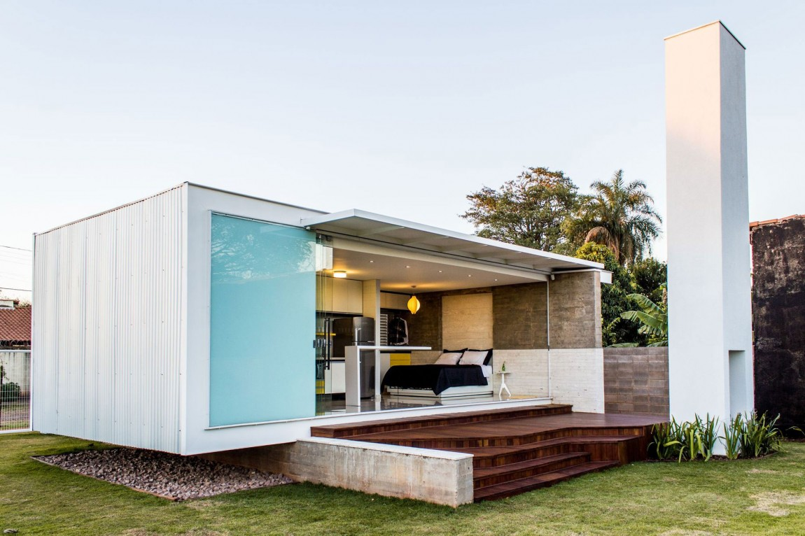 Demikian pula dengan arsitektur rumah mungil karya Alex Nogueira berikut ini. Meskipun menggunakan material berbeda di lahan terbatas, rumah ini tampak berkesan kaku dan dingin namun mewah.