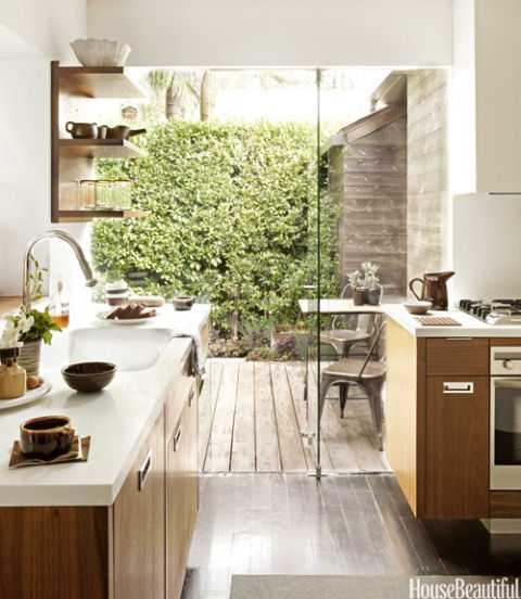 Dapur yang terhubung dengan ruang makan outdoor (Sumber: housebeautiful.com)
