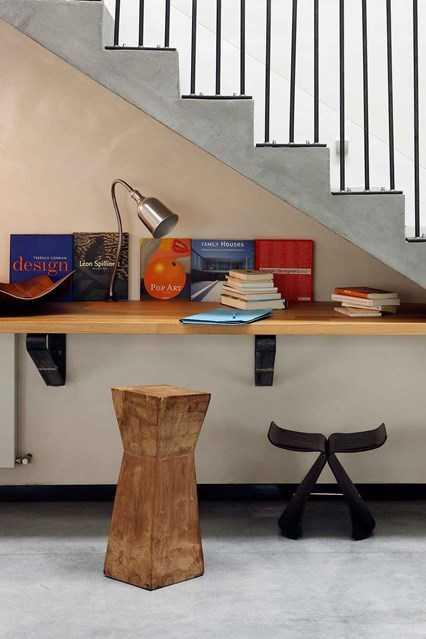 Memaksimalkan space di bawah anak tangga sebagai ruang baca (Sumber: housandgarden.com)