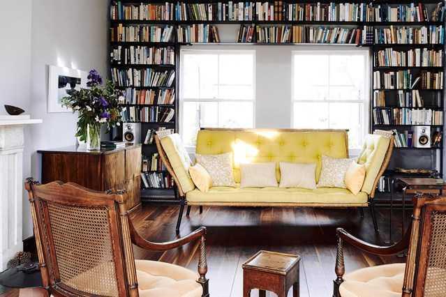 Ruang baca yang disulap layaknya perpustakaan kecil (Sumber: houseandgarden.com)