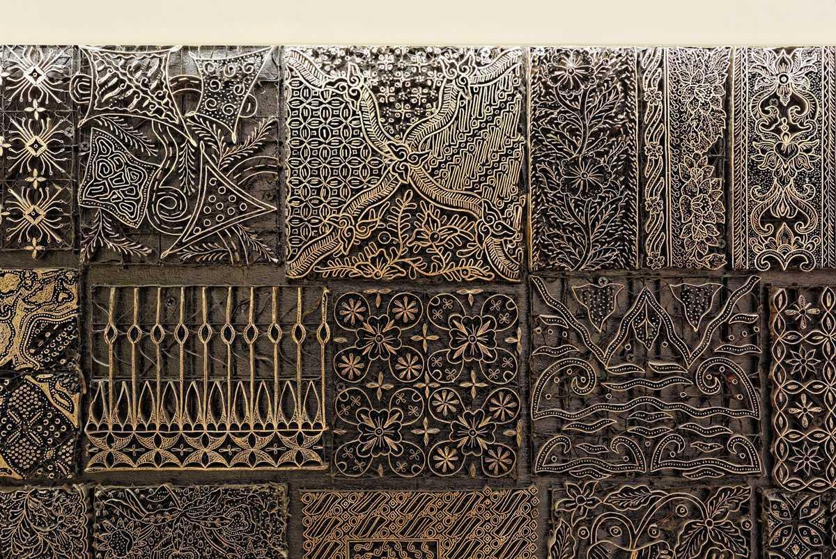Detail ukiran kayu pada meja recepsionist BBDO Indonesia karya Delution Architect (Sumber: arsitag.com)