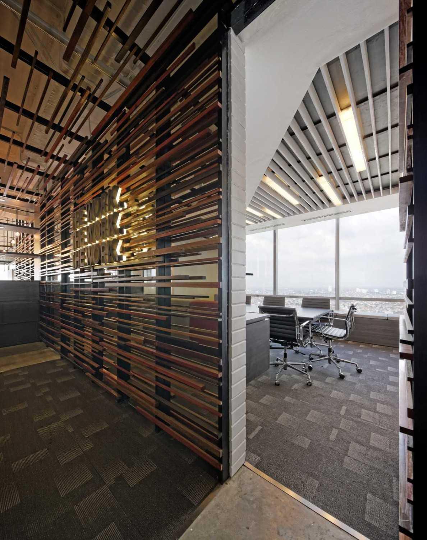 Ruang Meeting kecil di BBDO Indonesia Office karya Delution Architect (Sumber: arsitag.com)