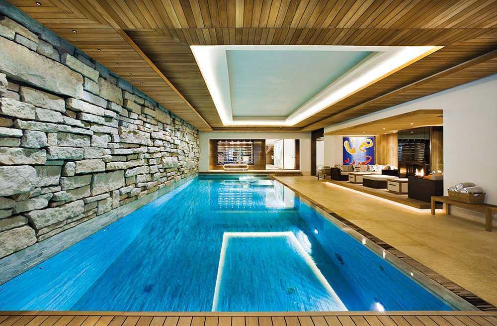 Swimming pool di ruang keluarga (Sumber: impressiveinteriordesign.com)