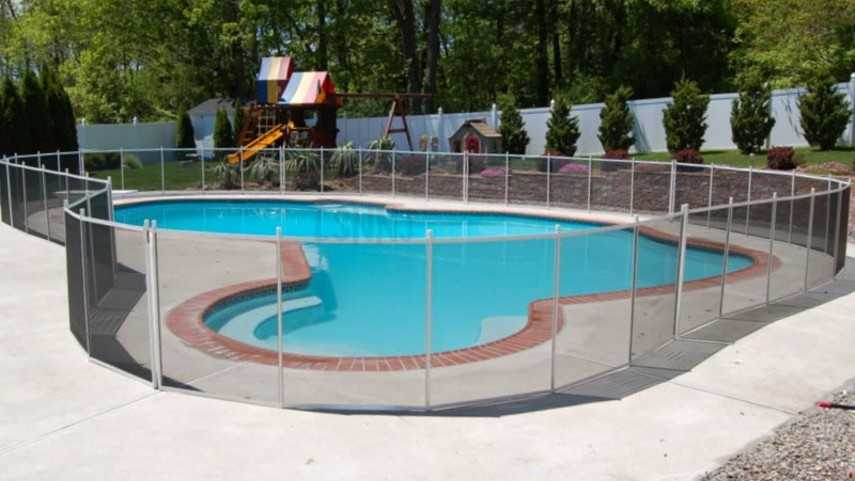 Membuat kolam renang dengan pagar pelindung untuk keselamatan anak-anak (Sumber: rumahku.com)