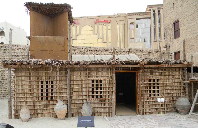 Replika rumah vernacular di Dubai, lengkap dengan windcatcher (Sumber: www.wikiwand.com)