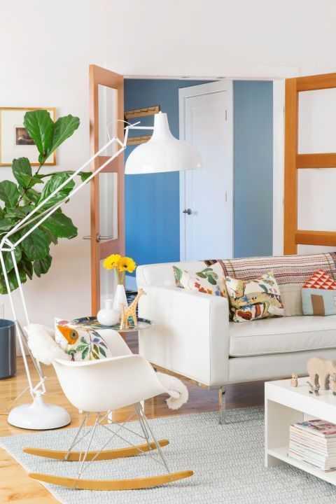Ruang Keluarga dengan sofa berbalut kulit (Sumber: www.goodhousekeeping.com)