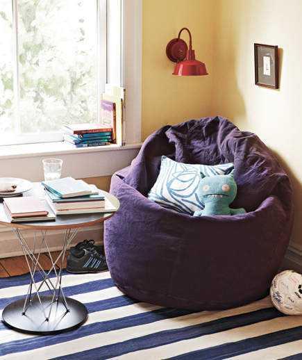 Sofa kecil di sudut ruangan (Sumber: realsimple.com)