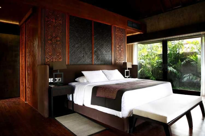 Kamar tidur dengan jendela besar menghadap taman di The Sanctoo Villa karya IMAJI Architect (Sumber: arsitag.com)