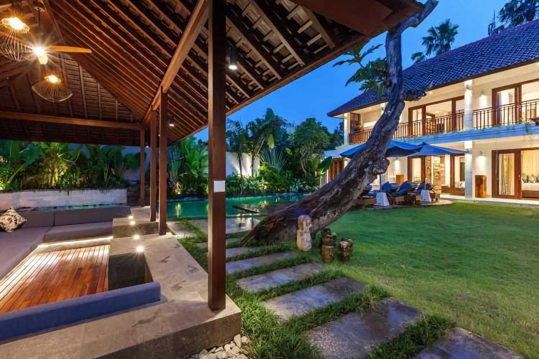 Suasana menjelang malam di halaman dan Bale Bengong Villa Kajou di Seminyak, Bali karya OG Architects (Sumber: arsitag.com)