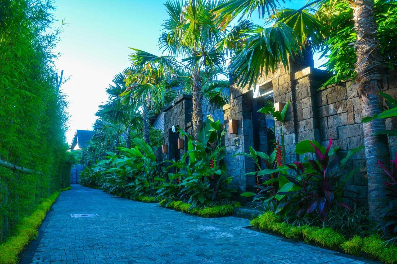 Tembok jalan masuk The Sanctoo Villa karya IMAJI Architect (Sumber: arsitag.com)