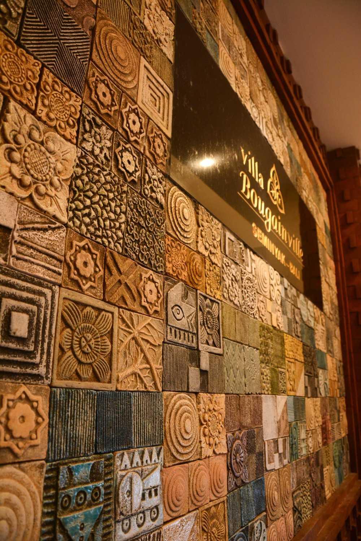 Dinding berukir di Villa Bougainville karya IMAJI ARCHITECT tahun 2016 (Sumber: arsitag.com)
