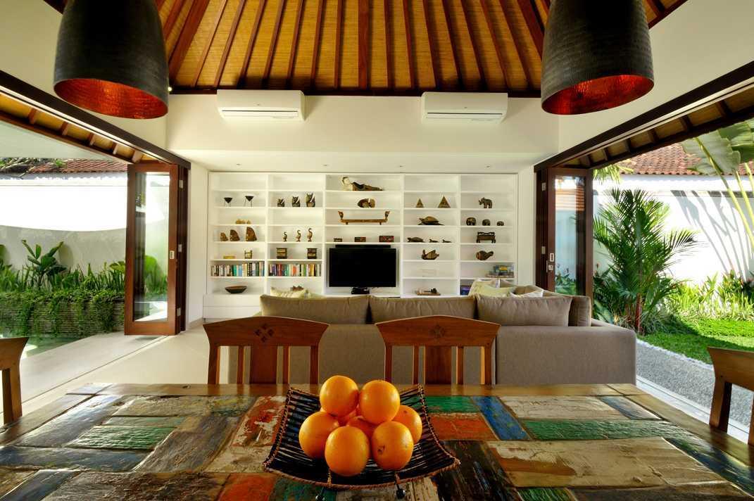Open-plan ruang keluarga dan ruang makan di Chris & Jennifer Villa karya OG Architects (Sumber: arsitag.com)