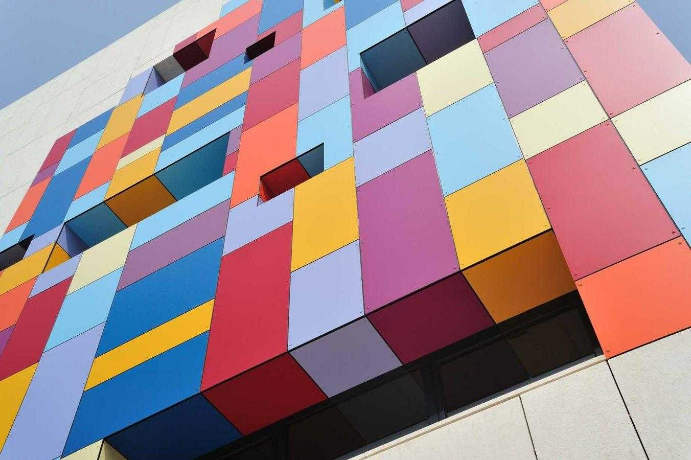 Alumunium Composite Panel pada fasad bangunan (Sumber: www.kmldesignerfinishes.com)
