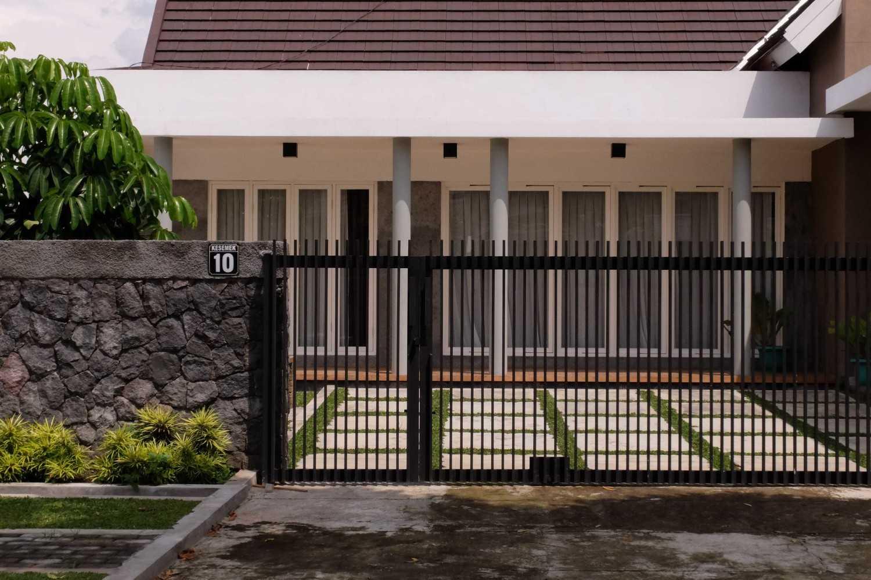 Renovasi rumah sederhana rumah kesemek karya duatitik architecture [Sumber: arsitag.com]