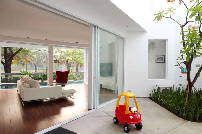 Rumah dengan tema Scandinavian IPCW Residence karya Ivan Priatman Architect [Sumber: arsitag.com]