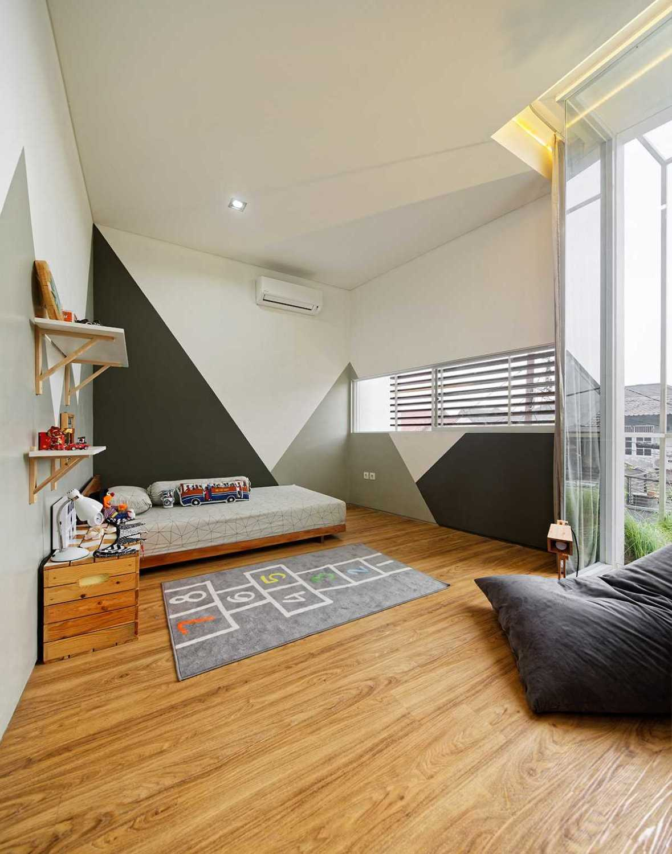 Bahan kayu pada interior rumah bergaya Scandinavian Inset House karya Delution Architect [Sumber: arsitag.com]