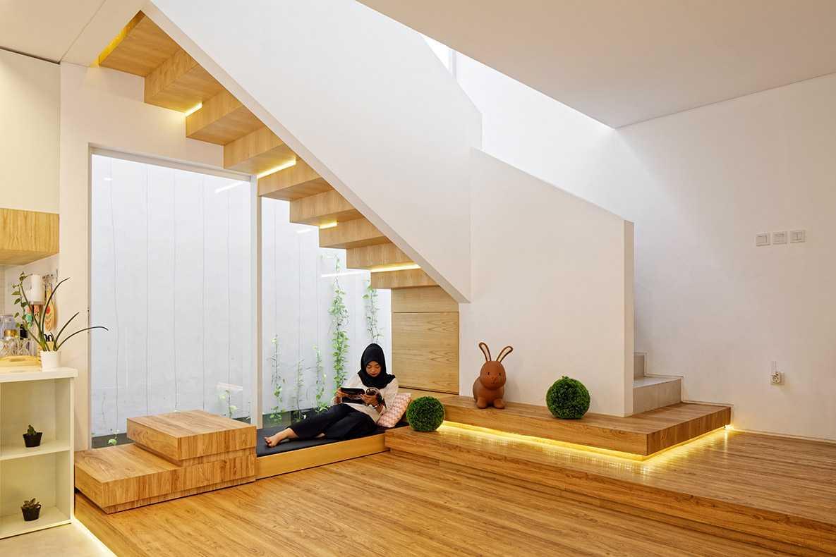 Ruang fungsional dan nyaman pada interior rumah bergaya Scandinavian Inset House karya Delution Architect [Sumber: arsitag.com]