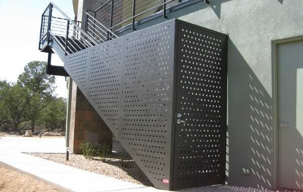 Pintu dari perforated metal (Sumber: pascettisteel.com)
