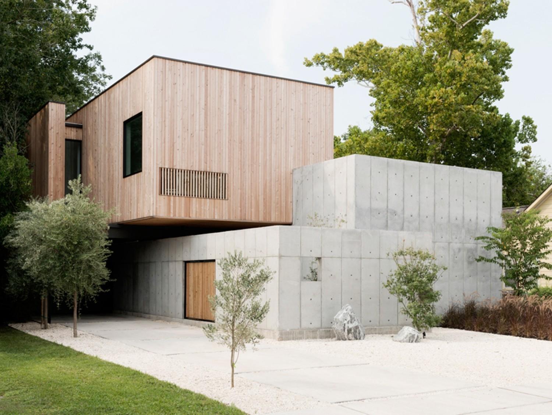 Rumah Concrete Box di Houston, Texas, karya Christopher Robertson juga menerapkan desain rumah Jepang minimalis dengan pagar beton tinggi dan gerbang tanpa atap model pivot door.
