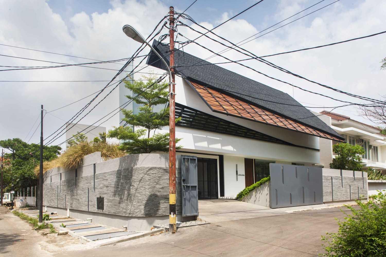 Atap tradisional Jepang umumnya dirancang untuk mengalirkan aliran deras air hujan dari atap rumah. Bentuk atap luas dengan kantilever lebar memungkinkan penduduk membuka pintu sebagai ventilasi tanpa membiarkan air hujan masuk ke rumah. Desain rumah minimalis Jepang juga dapat mengadaptasi elemen pendukung ini.