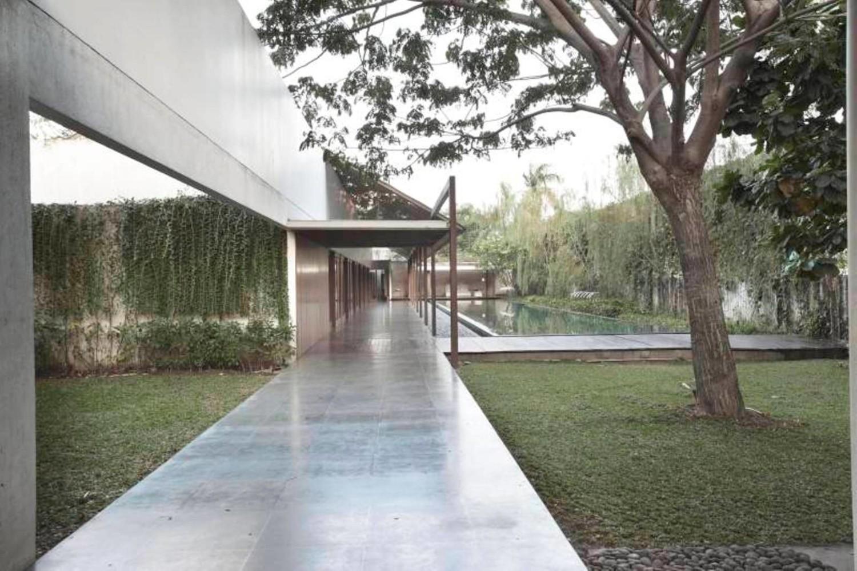 Selain menghubungkan setiap ruang, beranda berupa lorong lebar dan panjang yang dikenal sebagai engawa menjadi pembatas antara ruang dalam dan luar. Beranda ini juga berfungsi untuk memaksimalkan cahaya dan udara di dalam rumah.