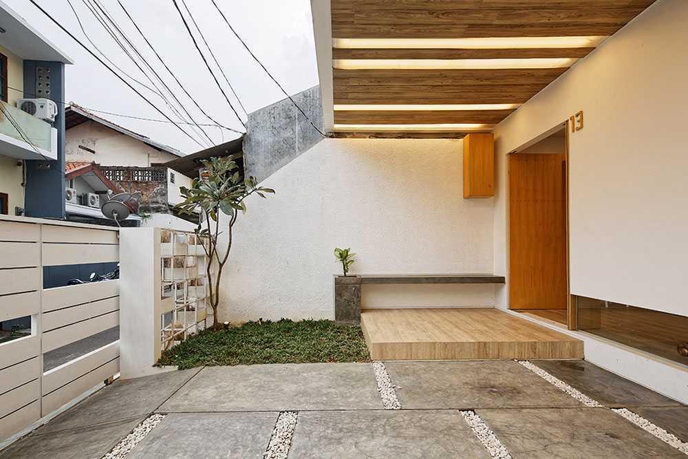 Dengan mengadaptasi gaya rumah Jepang ini, Splow House karya Delution Architect menciptakan area masuk dengan desain yang bersih dan sederhana. Bangku beton model konsol ini dapat berfungsi ganda, selain sebagai tempat duduk, juga untuk menempatkan sandal atau sepatu di bawahnya.
