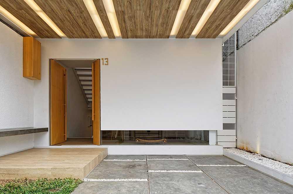 Desain ganken pada arsitektur rumah Jepang minimalis Splow House karya Delution Architect [Sumber: arsitag.com]