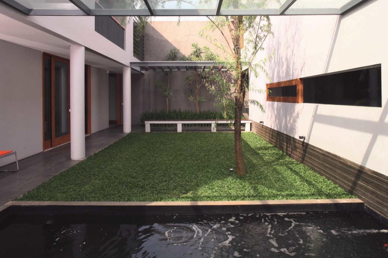Taman indoor pada gaya rumah Jepang minimalis 2 House karya HerryJ Architects [Sumber: arsitag.com]
