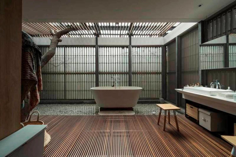 Partisi tradisional Jepang disebut Shoji, dan ini merupakan elemen desain penting pada gaya rumah Jepang. Pintu geser Shoji ini dapat menghemat ruang dibanding kebanyakan pintu swing. Partisi atau pintu tradisional Jepang ini biasanya terbuat dari kertas halus tembus pandang yang terpasang dalam bingkai kayu. Namun, versi modern dari shoji kini banyak ditemukan dan biasanya terbuat dari panel kaca dalam grid kayu atau aluminium.