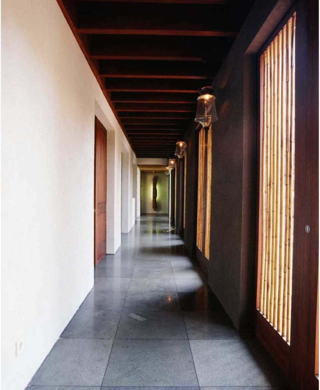 Sesuai dengan keindahan alam dunia luar, rumah Jepang biasanya mengandung warna-warna sederhana alami. Warna dominan berasal dari unsur kayu coklatdan tanaman hijau. Lantai biasanya dari bahan kayu atau ubin abu-abu dan kebanyakan dinding diganti dengan layar yang tertutup kertas buram.