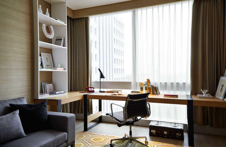 Desain Ruang Kerja Maskulin diCapital Residence karya Enviro Tec (Sumber: arsitag.com)