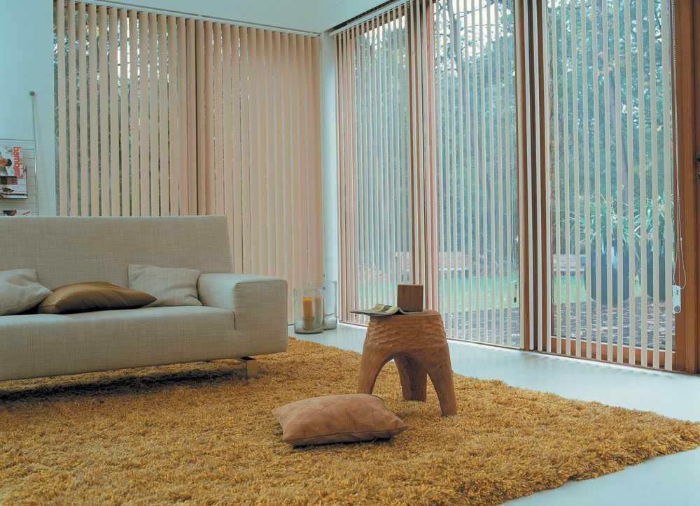 Vertical blind di ruang keluarga (Sumber: pinterest.com)