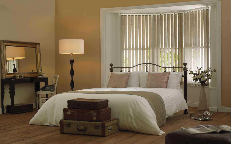 Vertical blind di kamar tidur (Sumber: surreyblindsandshutters.co.uk)