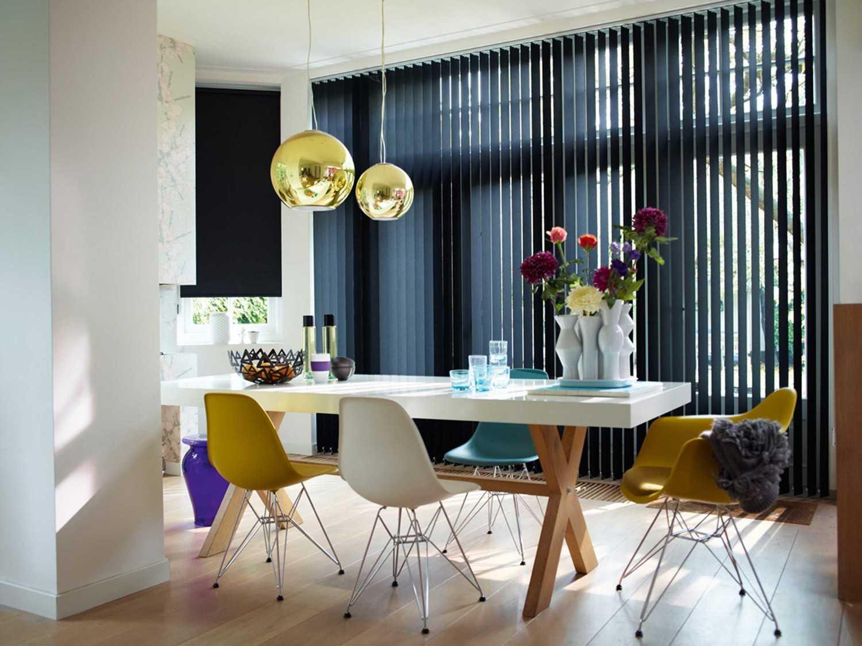 Vertical blind di ruang makan (Sumber: www.stortblinds.co.uk)