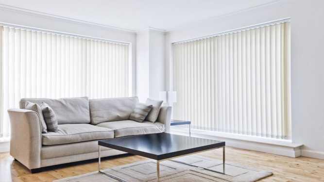 Vertical blind di ruang tamu (Sumber: apolloblinds.com.au)