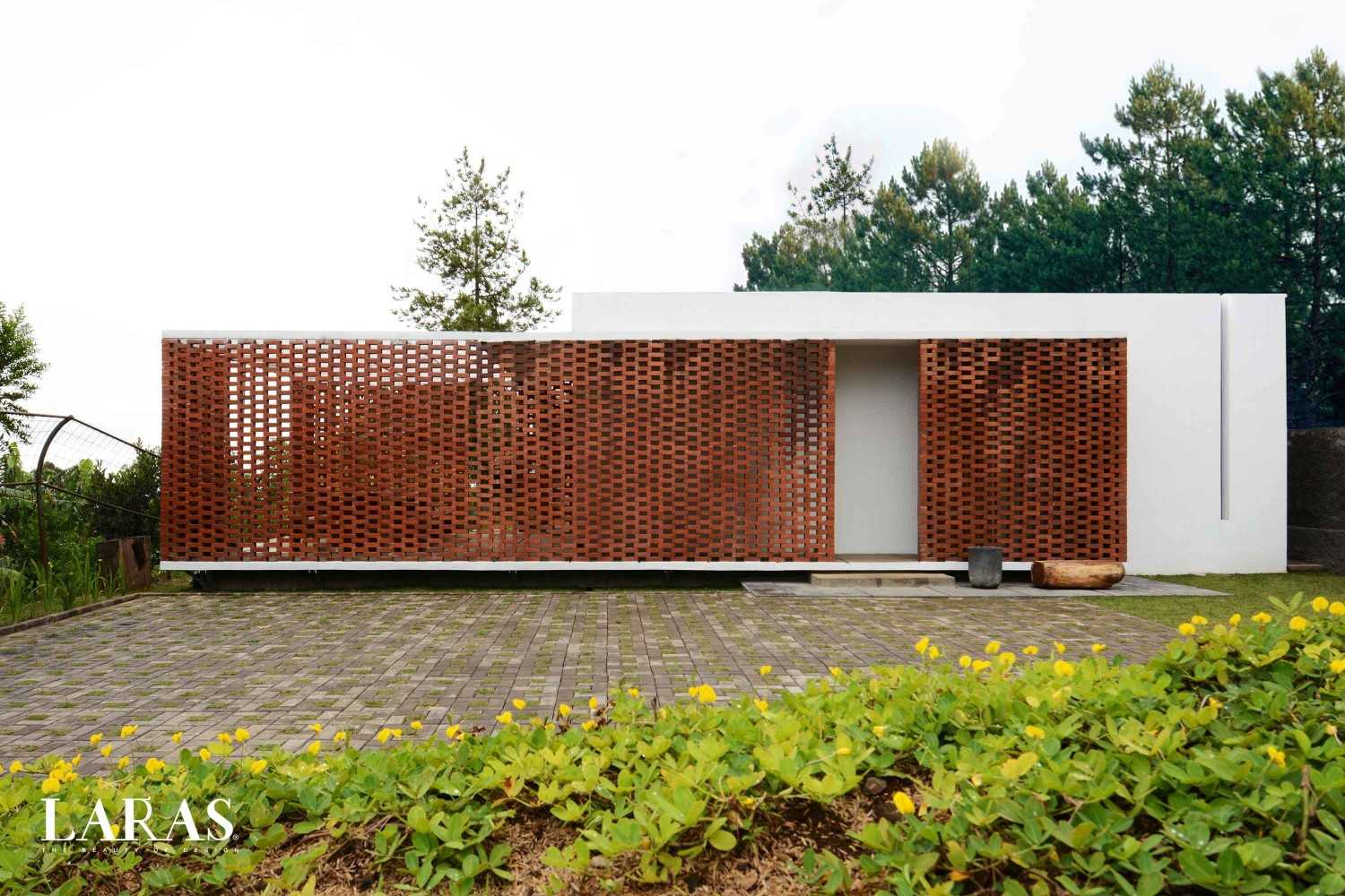 White Perforated Brick House karya eben tahun 2016 (Sumber: arsitag.com)