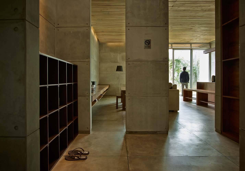 Lounge di Bare Minimalist karya RAW Architecture (Sumber: arsitag.com)