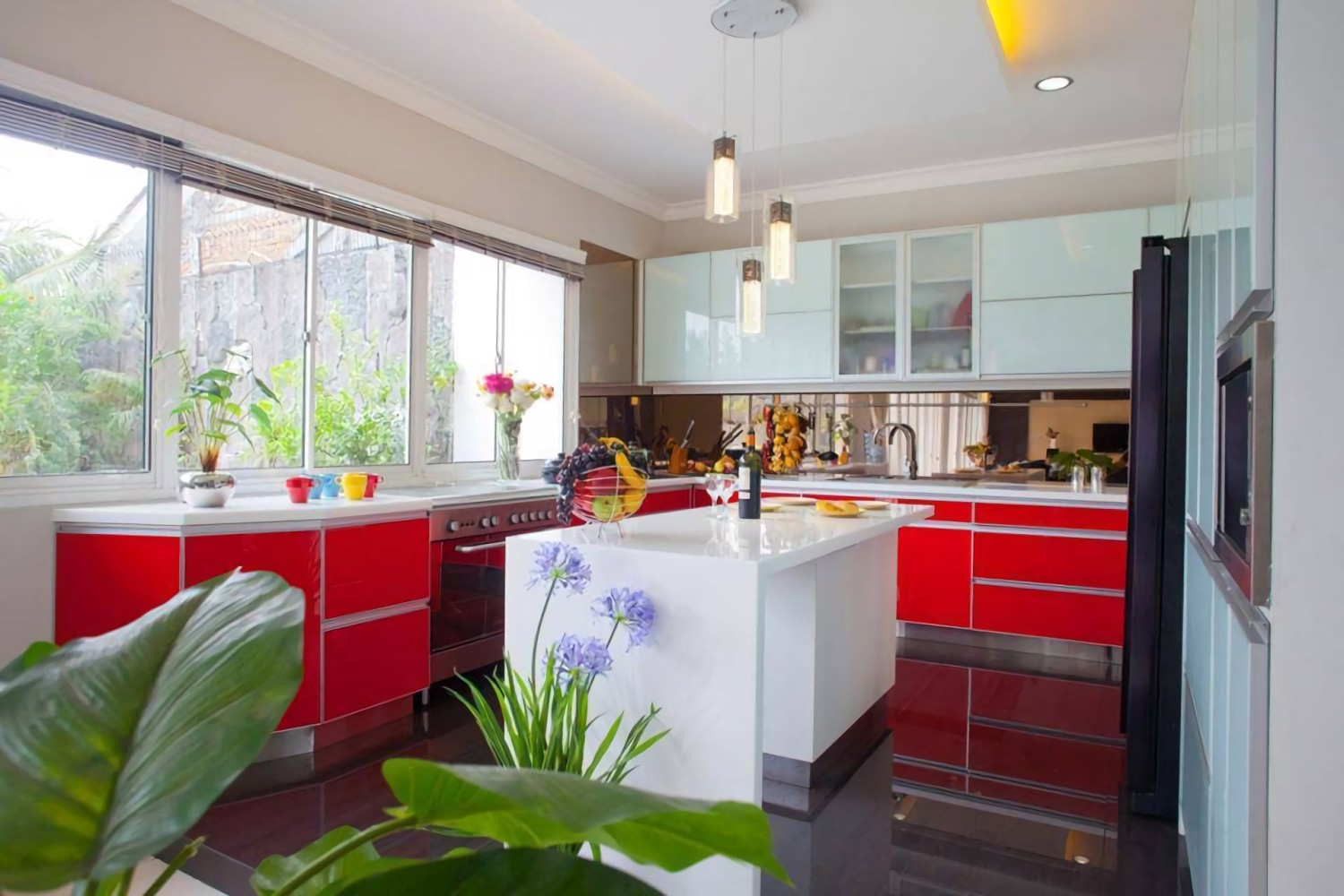 Modern Minimalist Kitchen-Red and White di Jakarta karya Zeno Living (Sumber: arsitag.com)