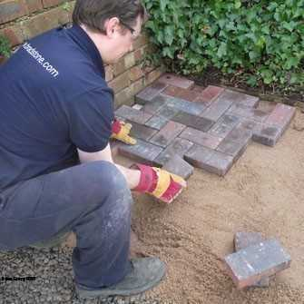 Pemasangan paving block (Sumber: www.bradstone.com)
