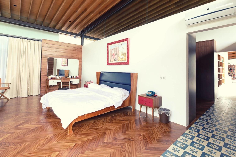 Desain kamar tidur sederhana dan murah midcentury Revahouse karya Revano Satria [Sumber: arsitag.com]