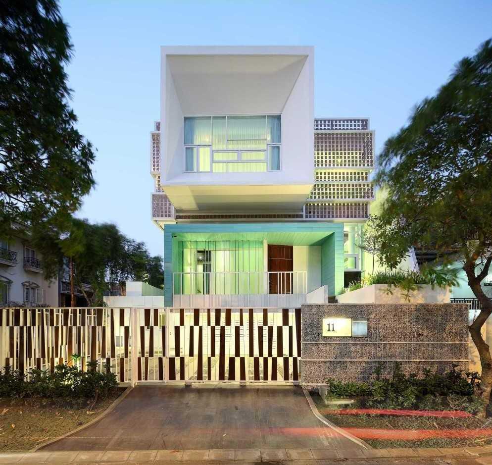 Gading Residence di Kelapa Gading karya Cosmas Gozali (sumber: arsitag.com)