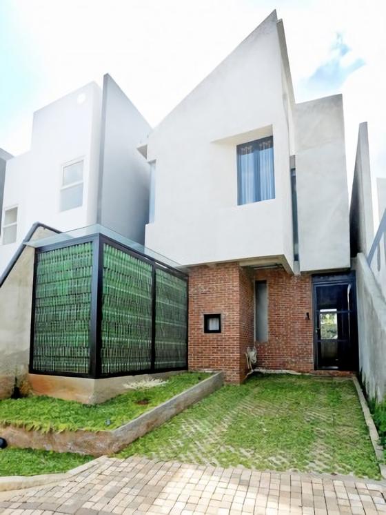 Rumah kediaman Bima Aryo Wicaksono dan Dewi Permata Sari di Ozone Residence, Jakarta Selatan karya Akanoma Yu Sing. Rumah nyaman yang fungsional dengan low budget (sumber: nova.id)